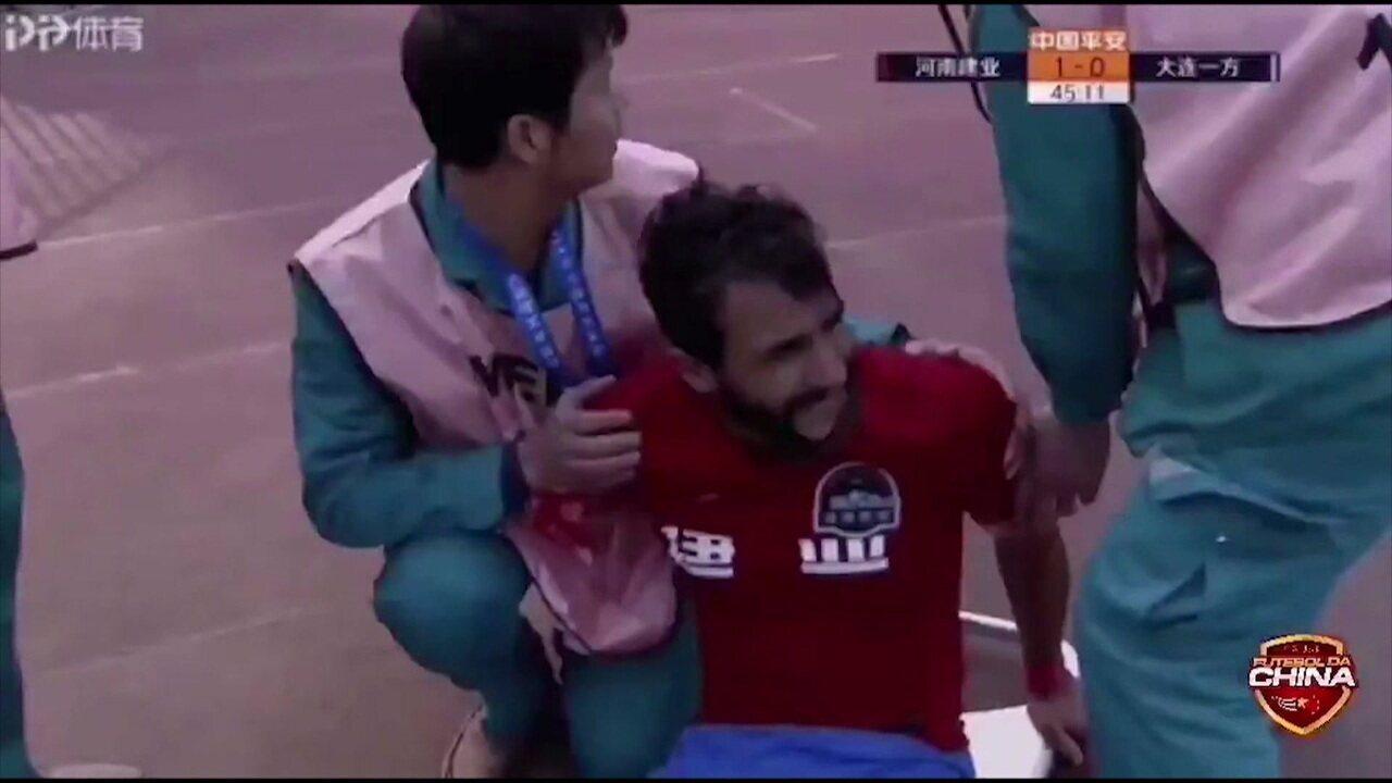 Na estreia de Henrique Dourado na China, atacante sofre fratura na tíbia e sai de ambulância do gramado