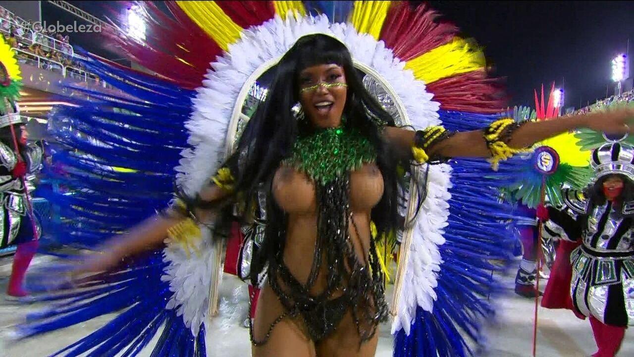 Vestida de índia, musa esbanja alegria na Sapucaí