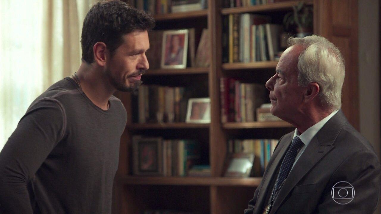 Gilson interroga Alain e Isabel sobre o caso de Cris