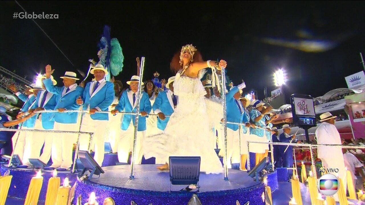 Emanuelle Araújo é Clara Nunes no desfile da Portela