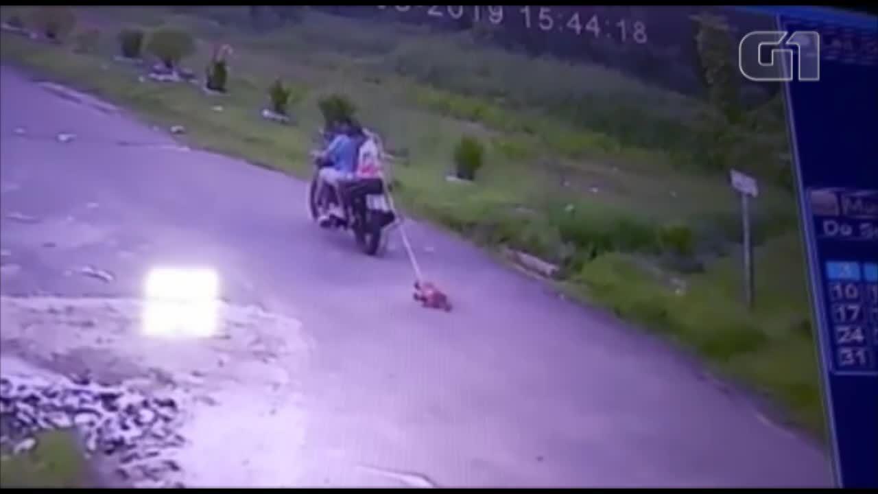 Vídeo mostra cachorro sendo arrastado por moto