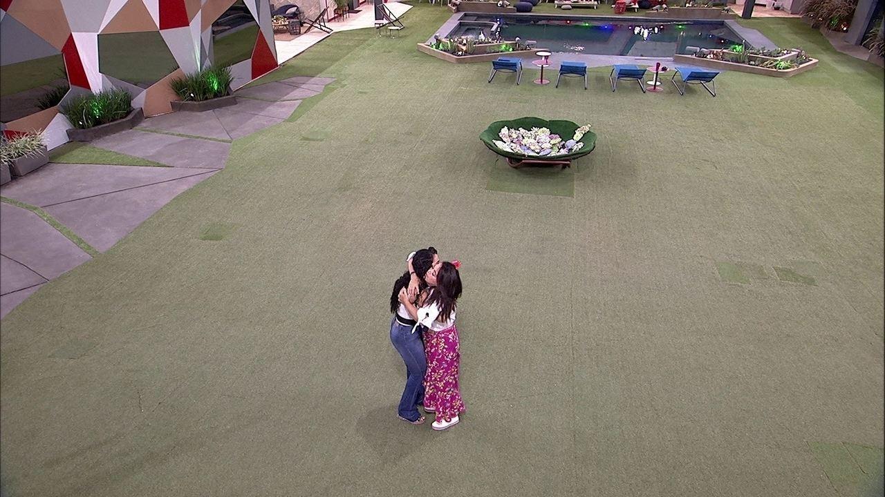 Enquanto Gabriela se despede na sala, Tereza e Elana se abraçam no jardim