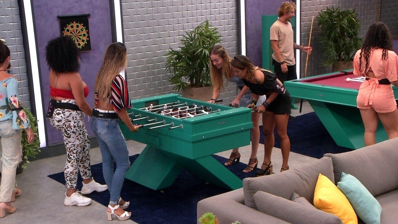 Paula e Carolina enfrentam Rízia e Hariany no futebol de mesa