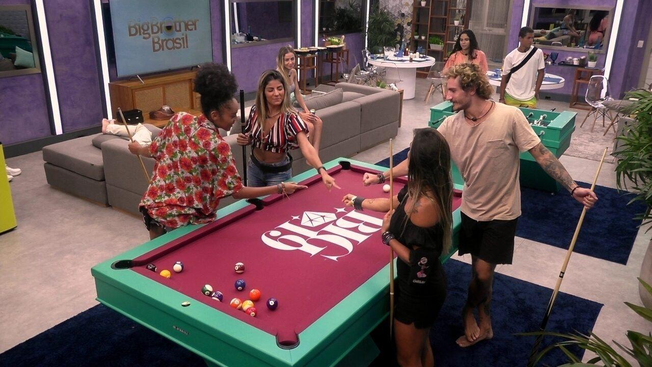 Gabriela, Carolina, Hariany e Alan jogam sinuca no segundo andar