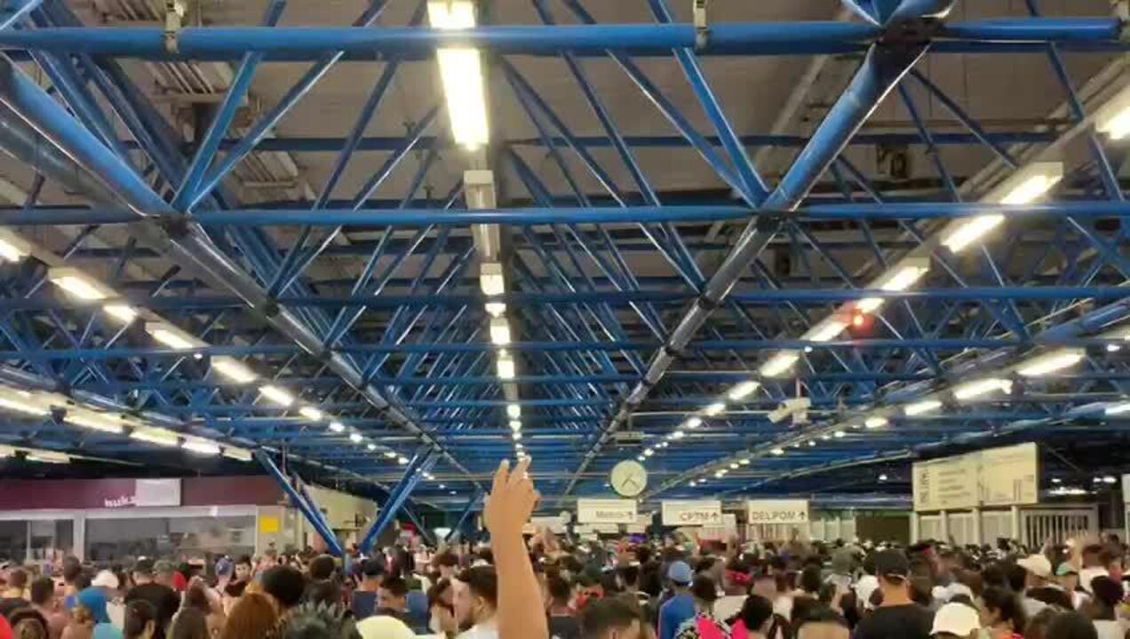 Vídeo mostra Estação Barra Funda lotada após o fim dos blocos de carnaval