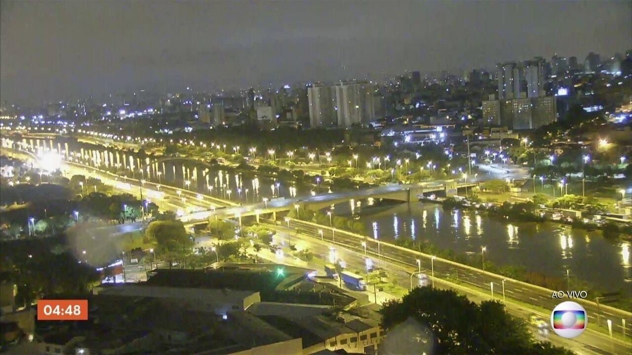 Importantes vias da capital paulista estão com trechos interditados por causa da chuva