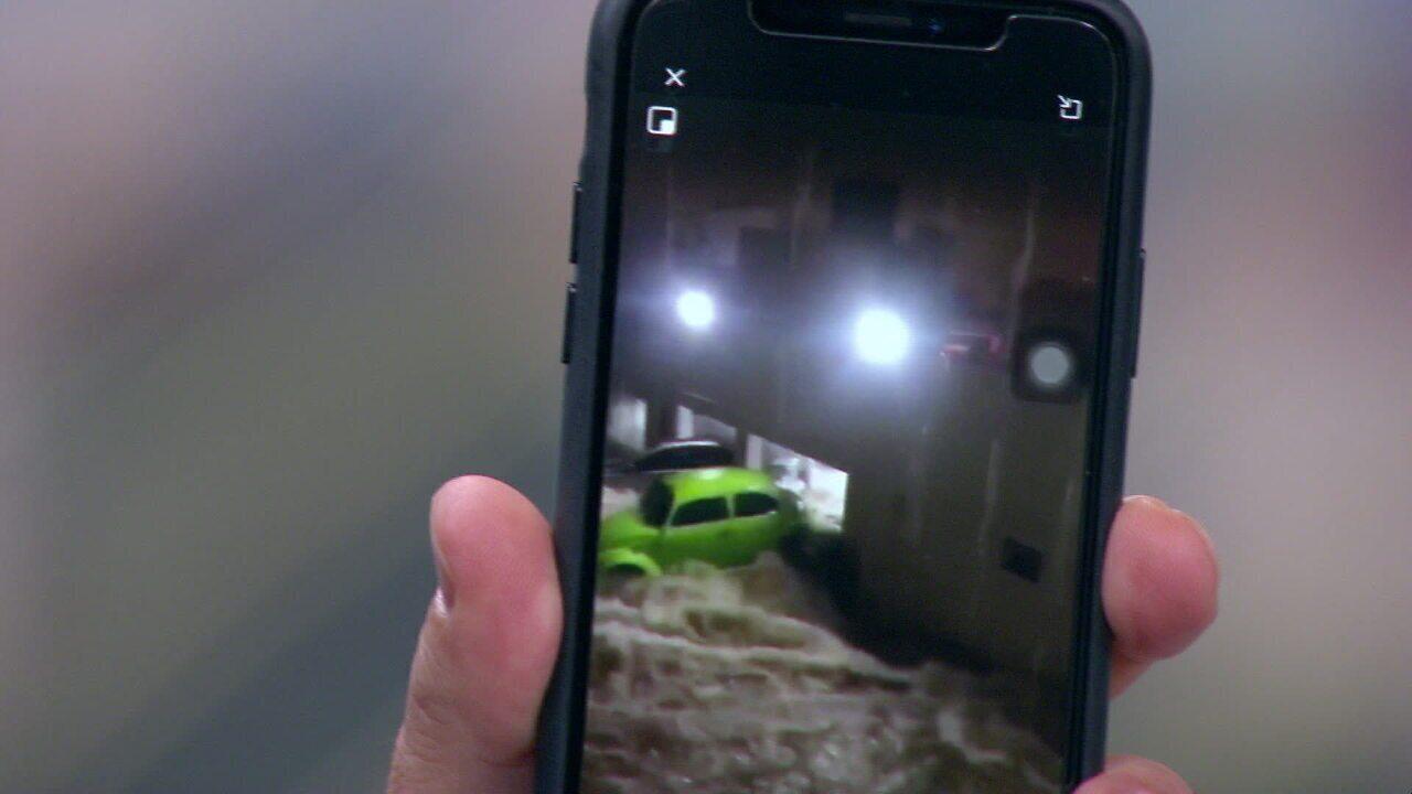 Fusca é 'cuspido' de garagem de condomínio pela força da água em SP