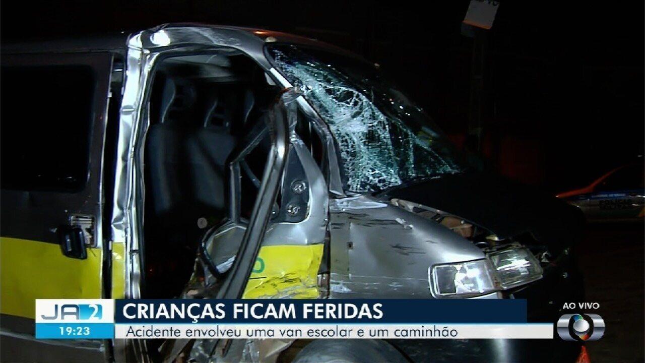 Acidente entre van escolar e caminhão deixa sete alunos e motorista feridos, em Goiânia.
