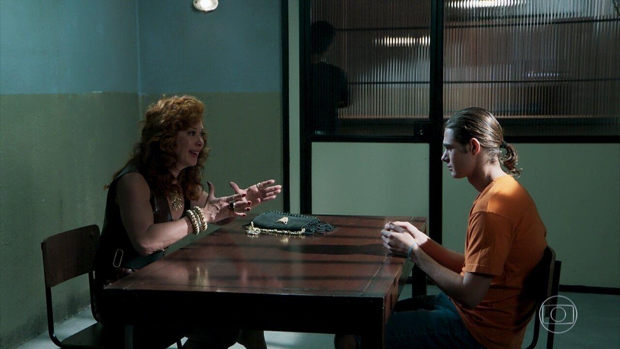 Lidiane é dura com João e pede que ele afaste de Manu