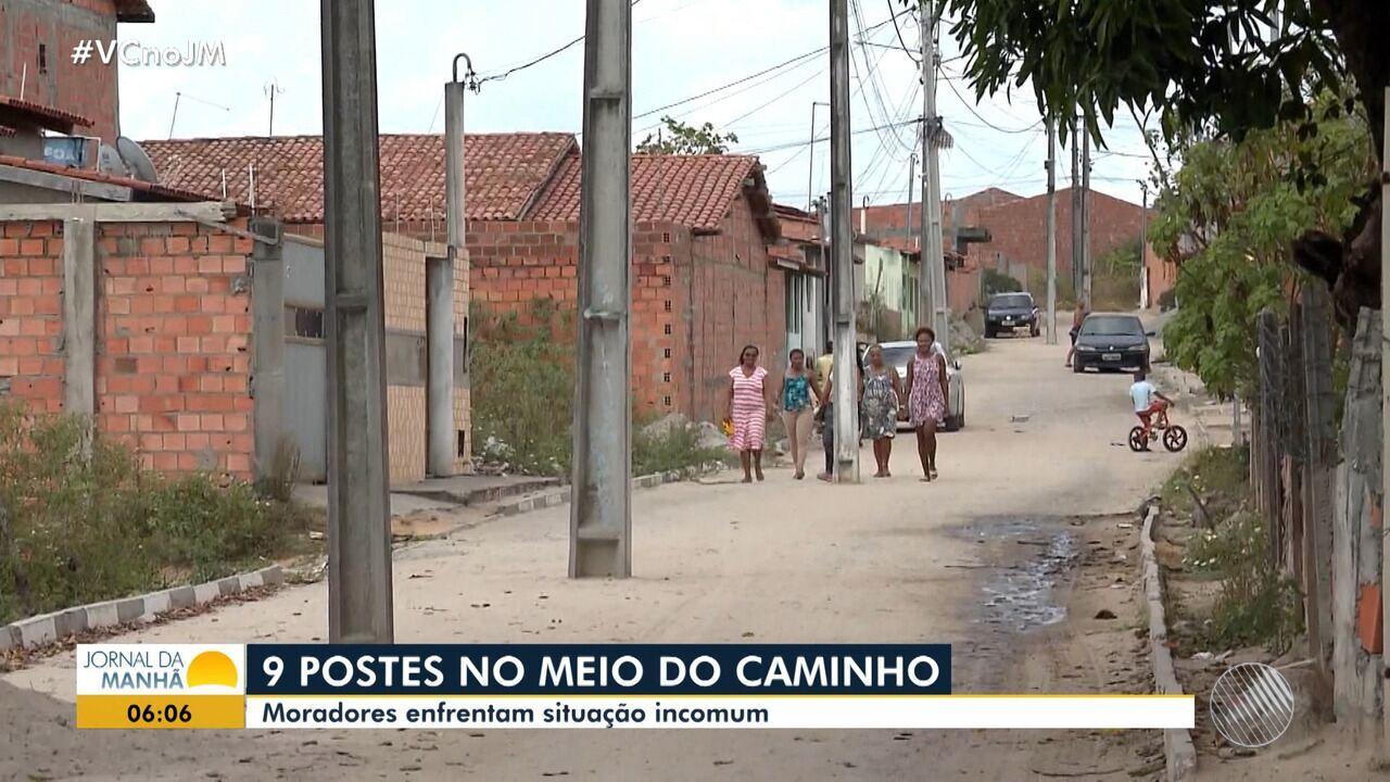 Postes são instalados no meio da rua no distrito de Humildes, em Feira de Santana