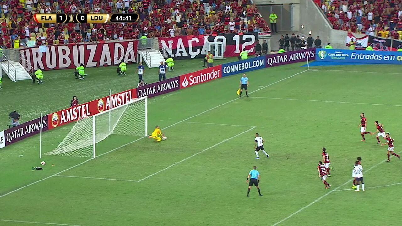 Intriago cobra o pênalti e Diego Alves cai para fazer grande defesa, aos 44' do 1ºT