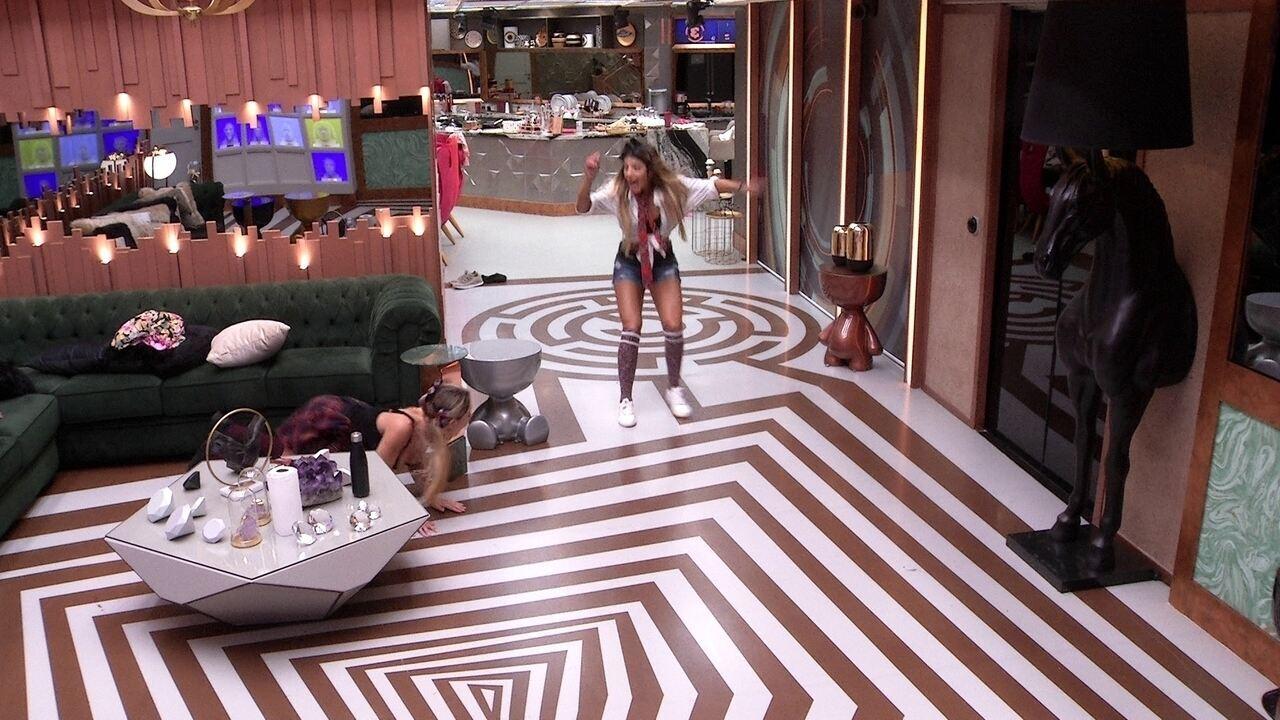 Paula se esconde e assusta Hariany