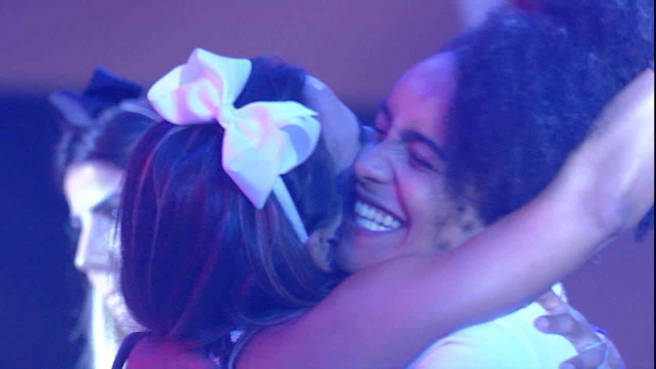 Gabriela e Carolina se abraçam ao som de Marina Lima