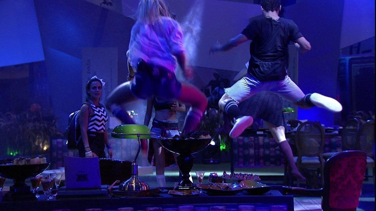 Hariany, Danrley e Elana dão 'sarrada no ar'