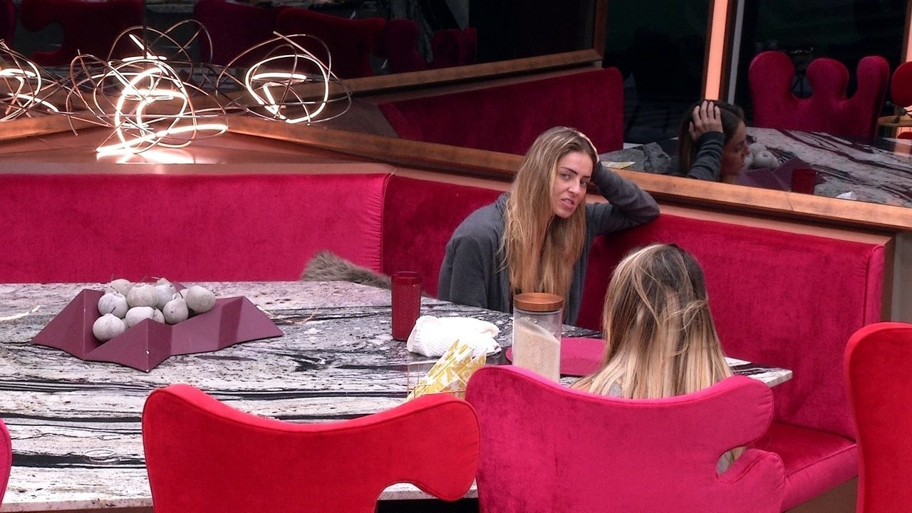 Paula fala com Hariany sobre Carolina e Alan