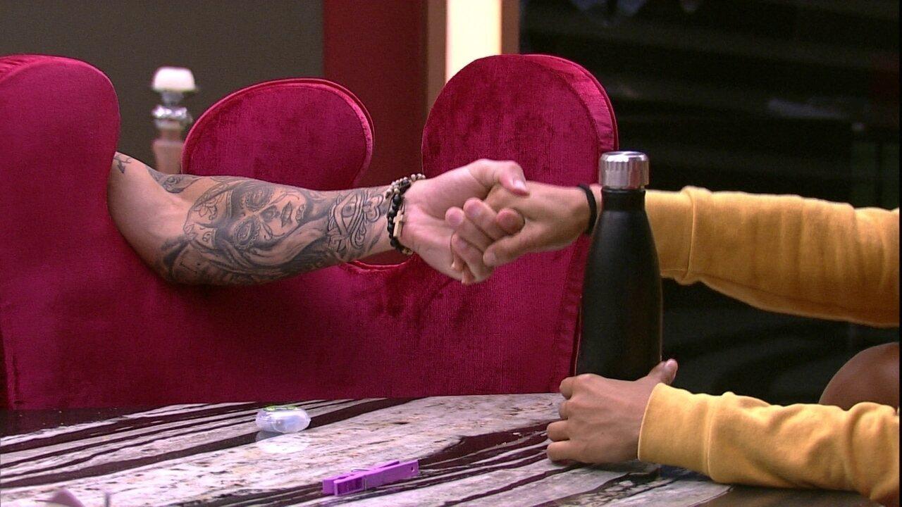 Paula provoca Carolina e Alan: 'Isso é amor platônico'