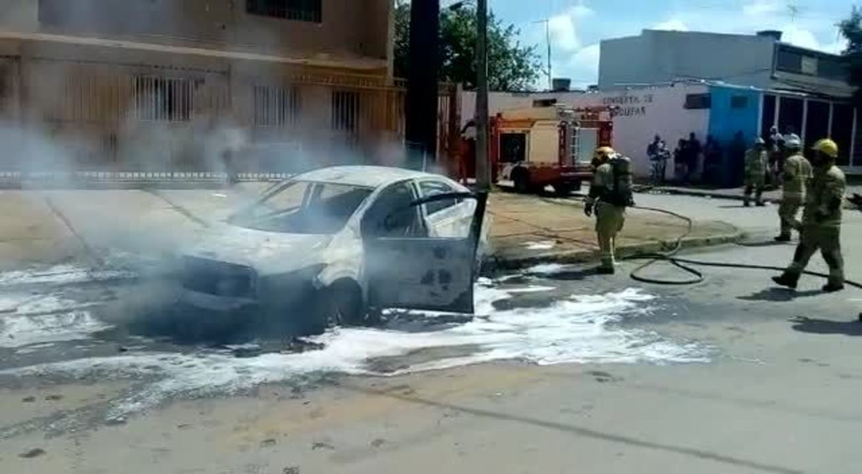 Bombeiros apagam chamas dentro de carro em Ceilândia