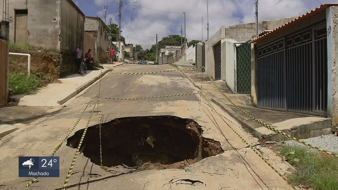 Moradores ficam preocupados com cratera que se abriu em bairro de Lavras (MG)