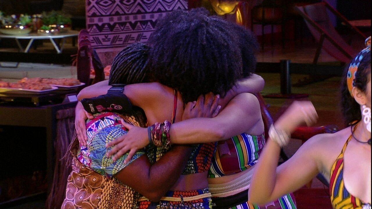 Rodrigo, Rízia e Gabriela se abraçam ao som de 'Ginga'