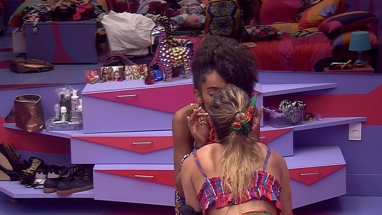 Gabriela e Paula dão selinho e combinam plano para Alberto