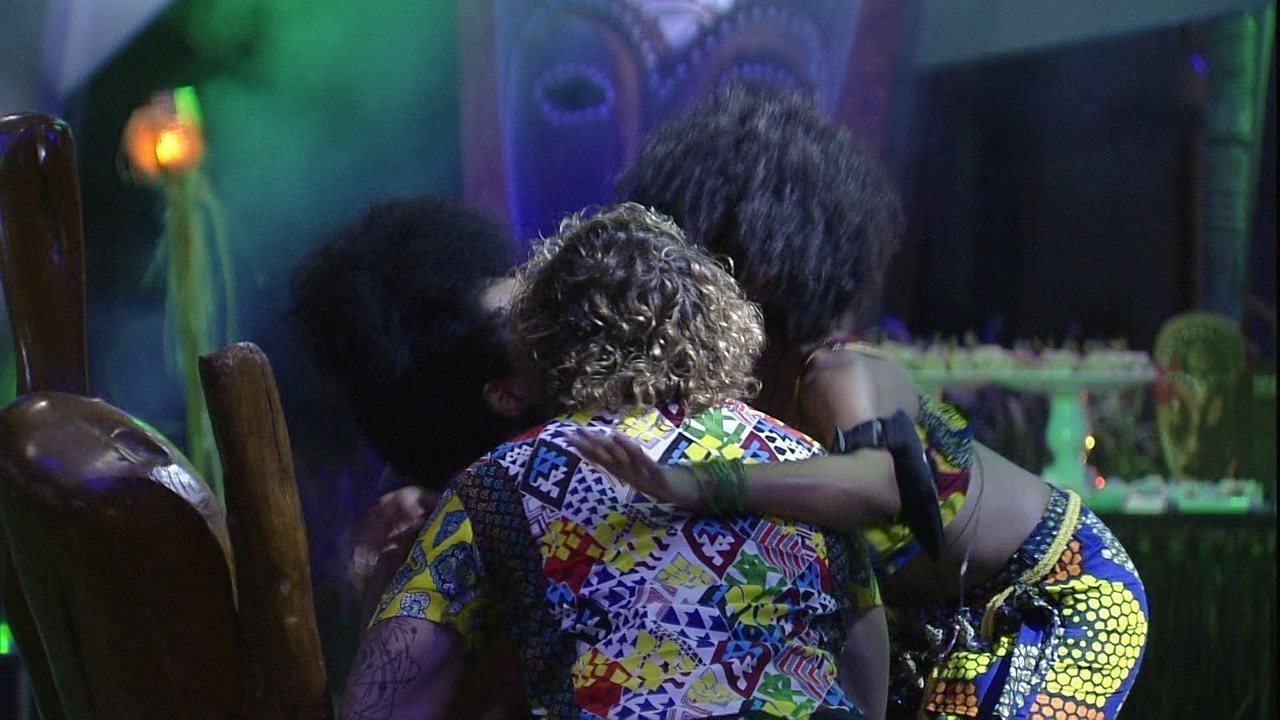 Gabriela dá selinho em Alan e Rízia, que também dão beijo