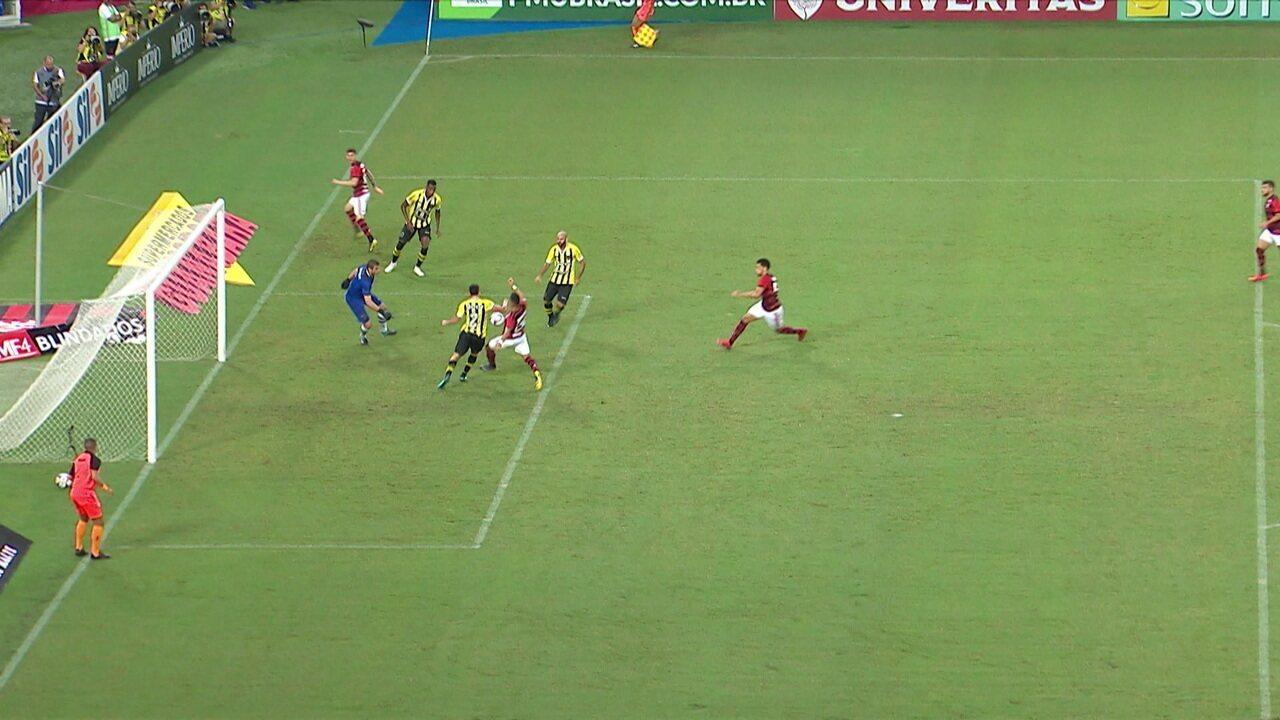 Ronaldo tabela com Arrascaeta, cruza para Uribe, que finaliza na dividida, aos 6' do 1º tempo