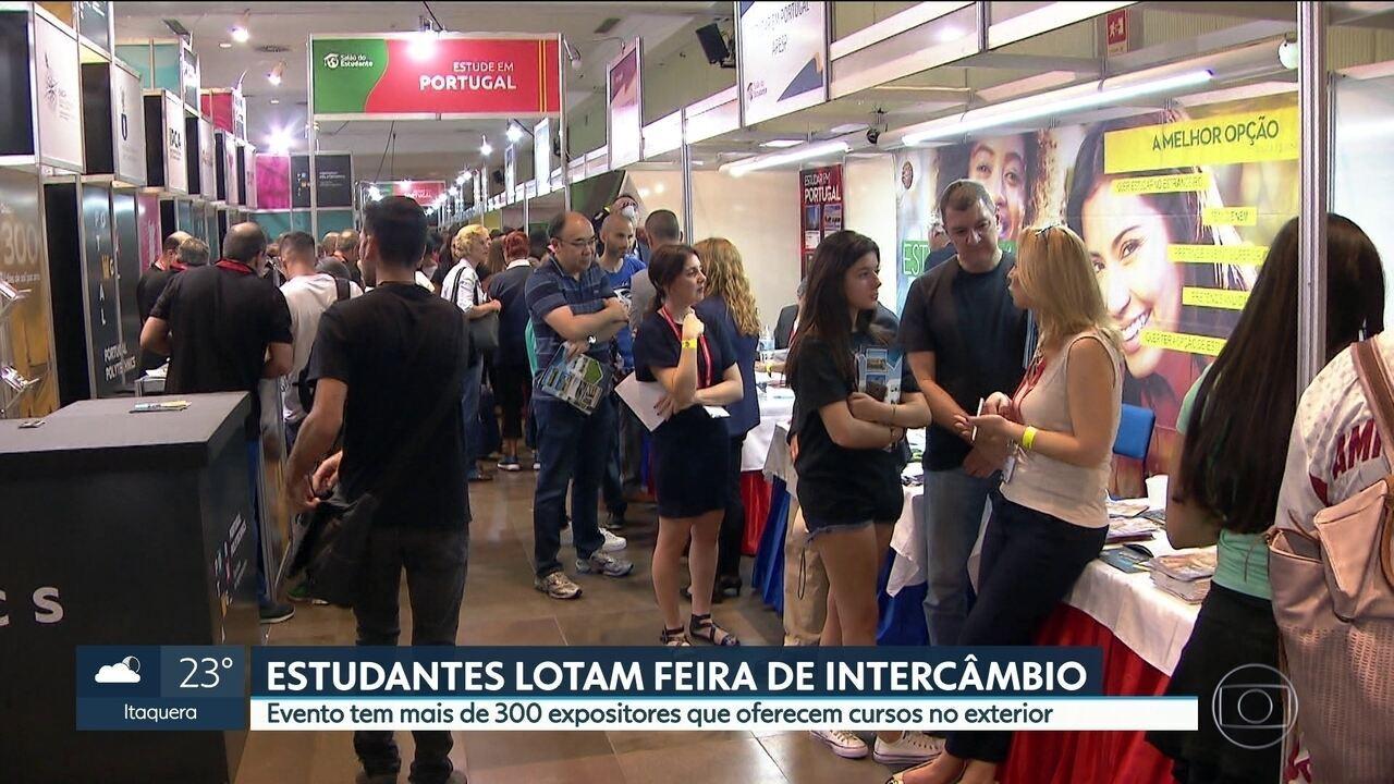 ESTUDANTES LOTAM FEIRA DE INTERCÂMBIO