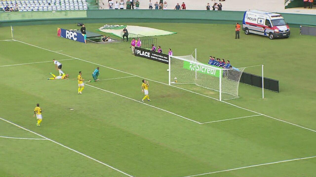Giovanni lança Wanderley, o atacante chuta firme e o goleiro Fernando Júnior espalma
