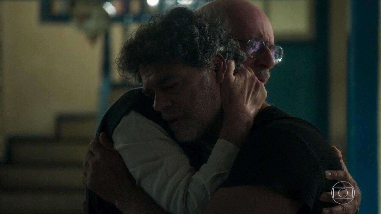 Murilo (Eduardo Moscovis) e Sóstenes (Marcos Caruso) fazem as pazes