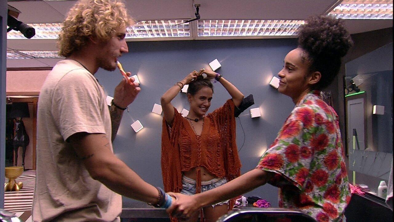 Carolina diz para Alan que ficou com raiva: 'Falou que eu era amiga da Hana'