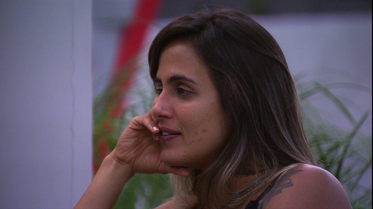 Carolina elogia boca de sister: 'Linda'