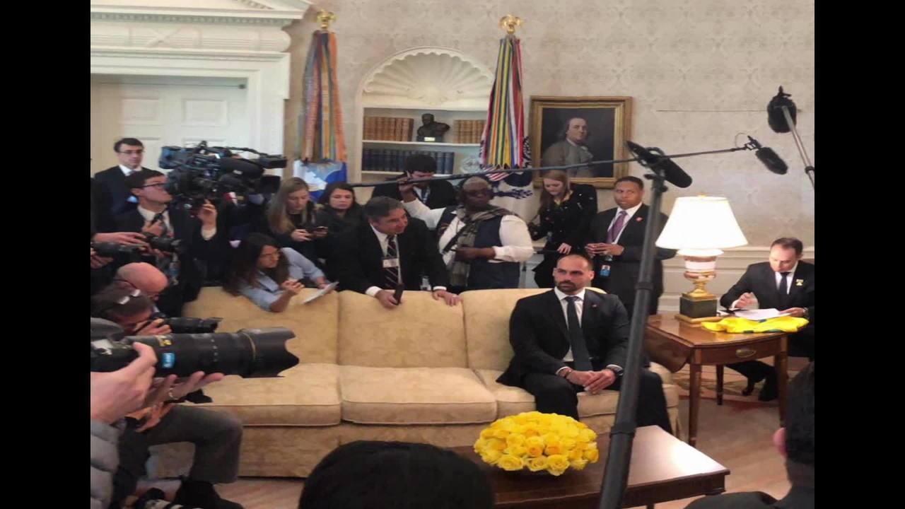 Eduardo Bolsonaro acompanha de perto o encontro do pai com Donald Trump