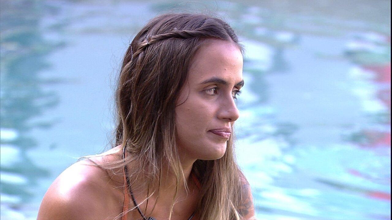Alan fala sobre amigos 'darem em cima' de ex e Carolina concorda: ' Rola, já tive'
