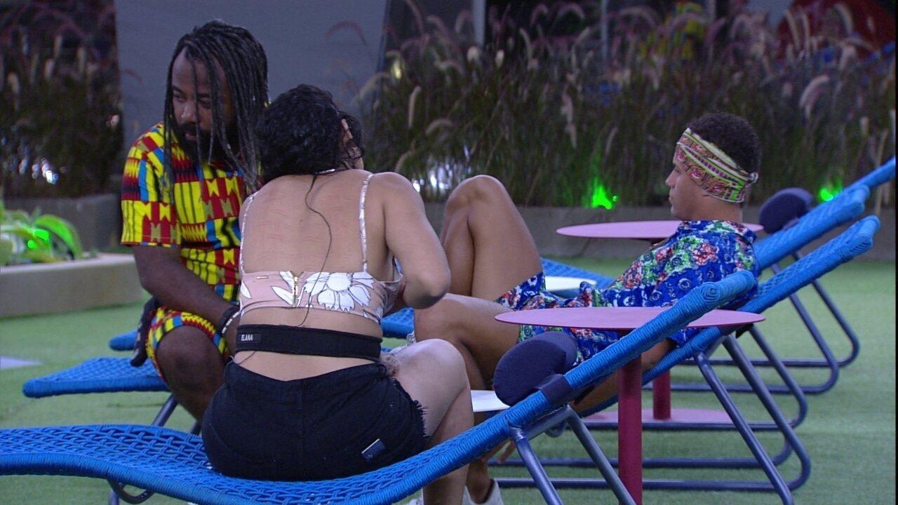 Rodrigo, Danrley e Elana ficam em silêncio no jardim