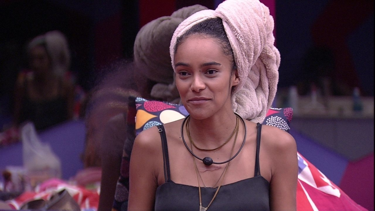 Gabriela conta para sisters sobre brincadeira de 'quase beijo' na piscina