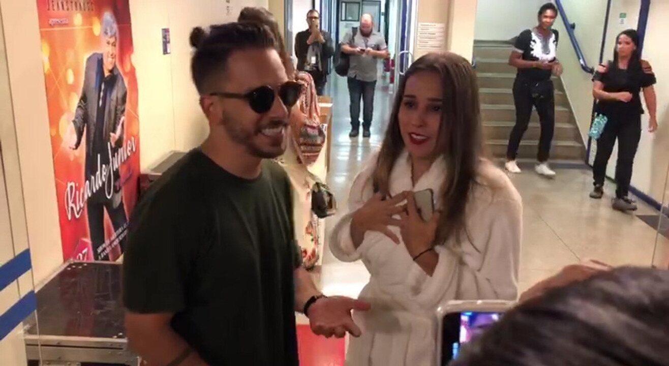 Thati Lopes encontra Junior nos bastidores dos Estúdios Globo