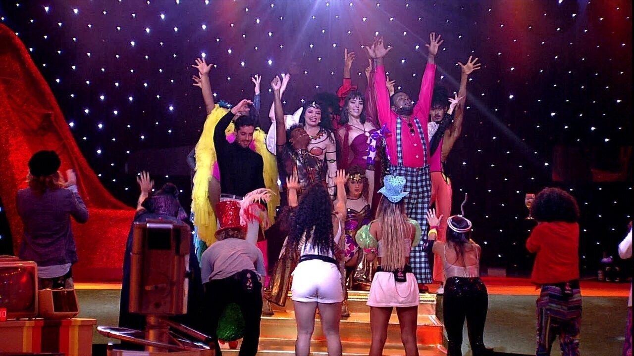 Carolina elogia musical O Frenético Dancin'Days: 'Maravilhoso'