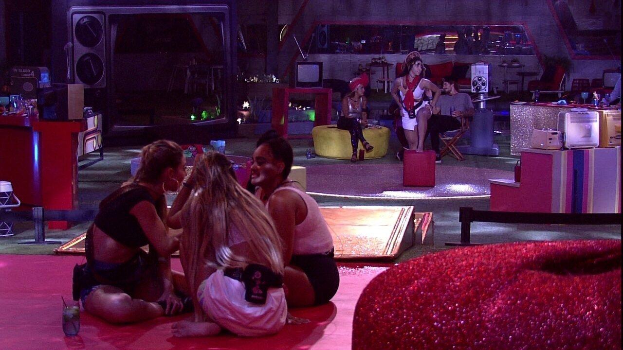 Paula aponta: 'Olha a Elana dançando para ele e ele olhando'