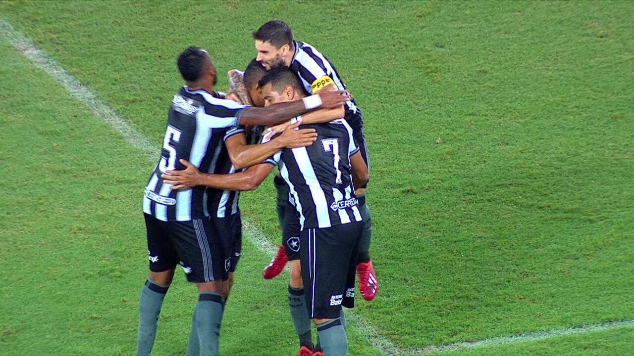 Gol do Botafogo! Gustavo Ferrareis recebe e toca na saída do goleiro aos 10 do 2º tempo