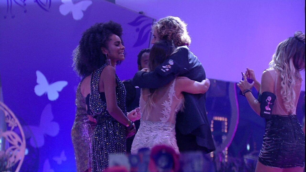 Alan e Carolina dançam abraçados na pista de dança