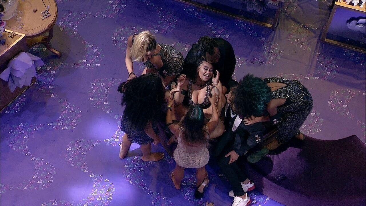 Confinados fazem dança sensual em volta de Rízia