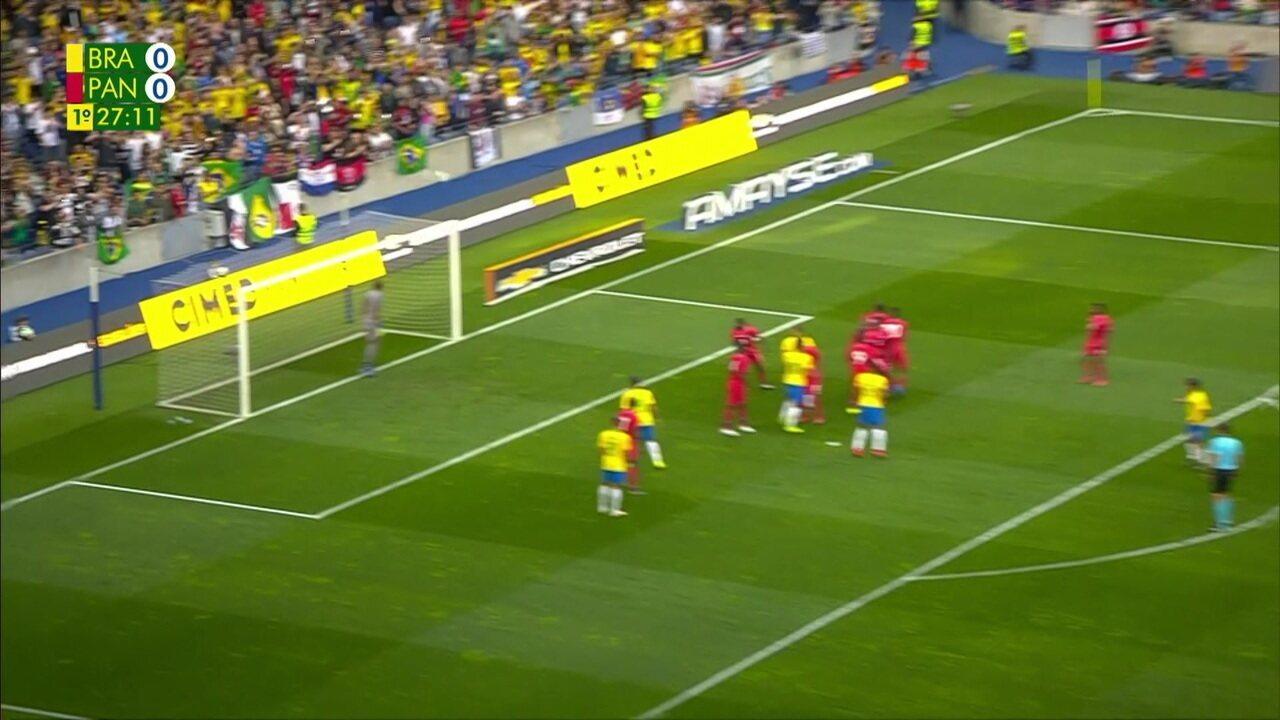 Coutinho cobra falta e exagera na força, mandando por cima do gol, aos 27' do 1ºT