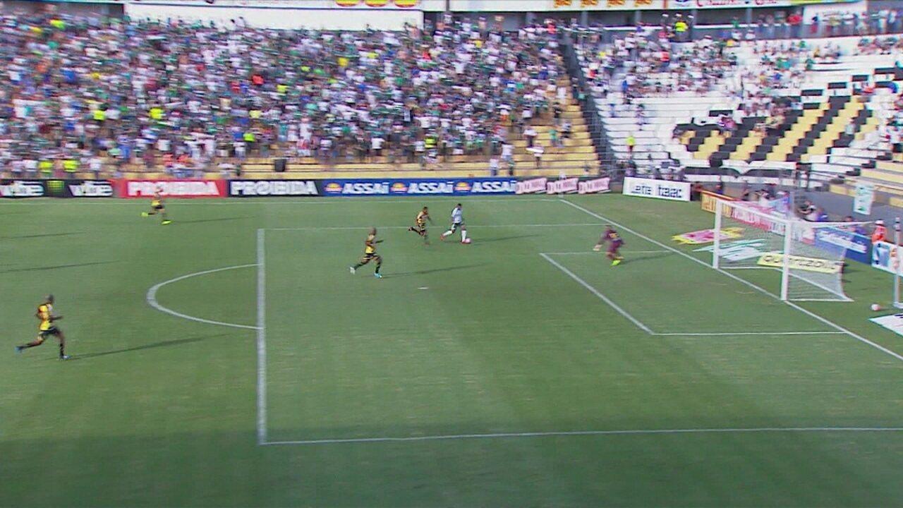 Borja invade a área e chuta para defesa do goleiro, aos 2 do 1º tempo