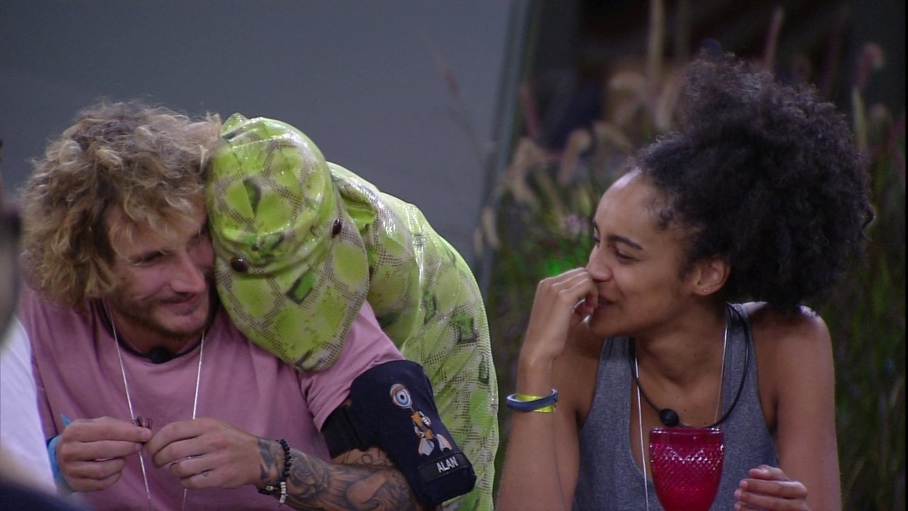 Carolina faz carinho em Alan enquanto toca 'Olha o que o amor me faz', de Sandy e Junior