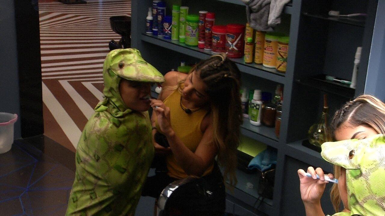 Hariany ajuda Carolina a escovar os dentes