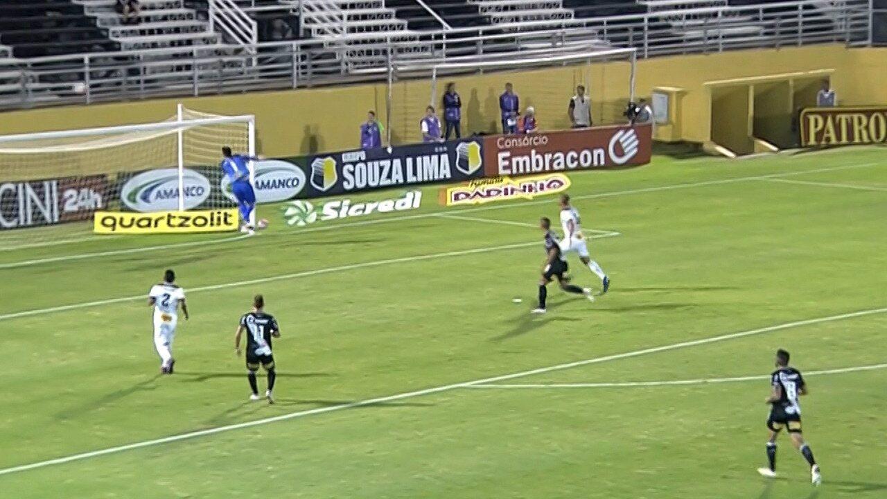 Lyncon, da Ponte Preta, chuta de longe e quase marca contra o Bragantino