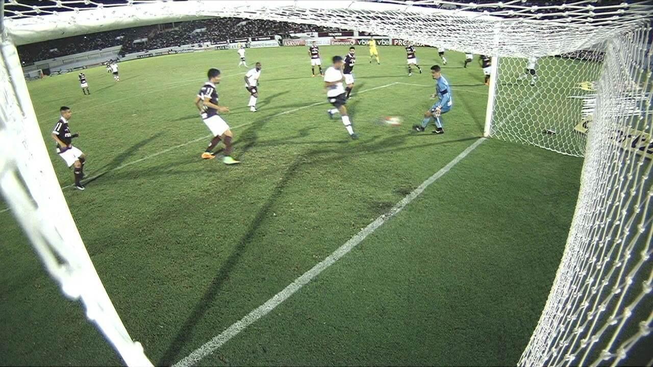 GOL DO CORINTHIANS! Clayson rouba a bola, avança e cruza na pequena área. Gustagol aparece sozinho e empata o jogo. 42' 2ºT.