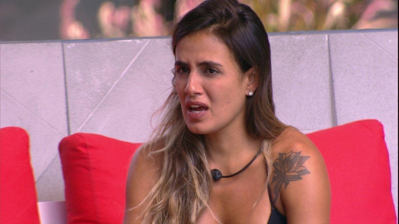 Carolina frisa: 'Agora não tenho romantismo e nem dedo pra votar'