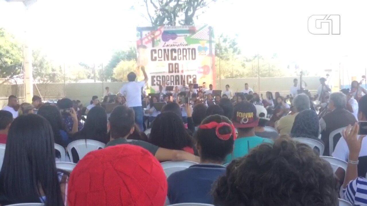 Orquestra toca para alunos na retomada de atividades da Raul Brasil