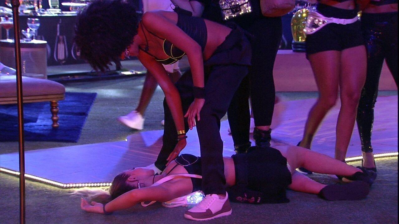 Gabriela apalpa seios de Paula durante Festa Luz